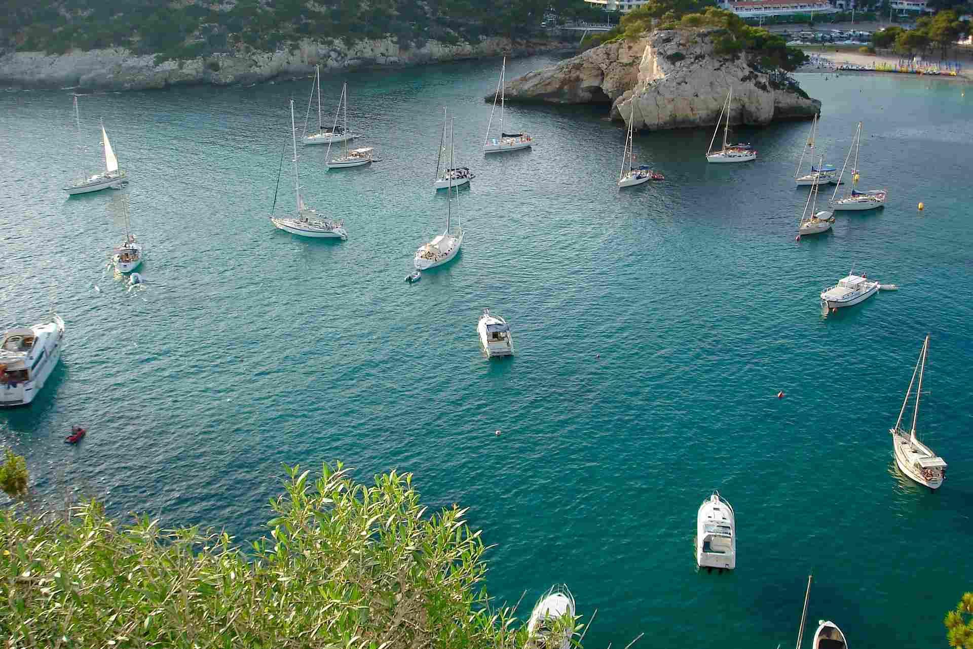 Boote ankern vor der Cala Galdana auf Menorca