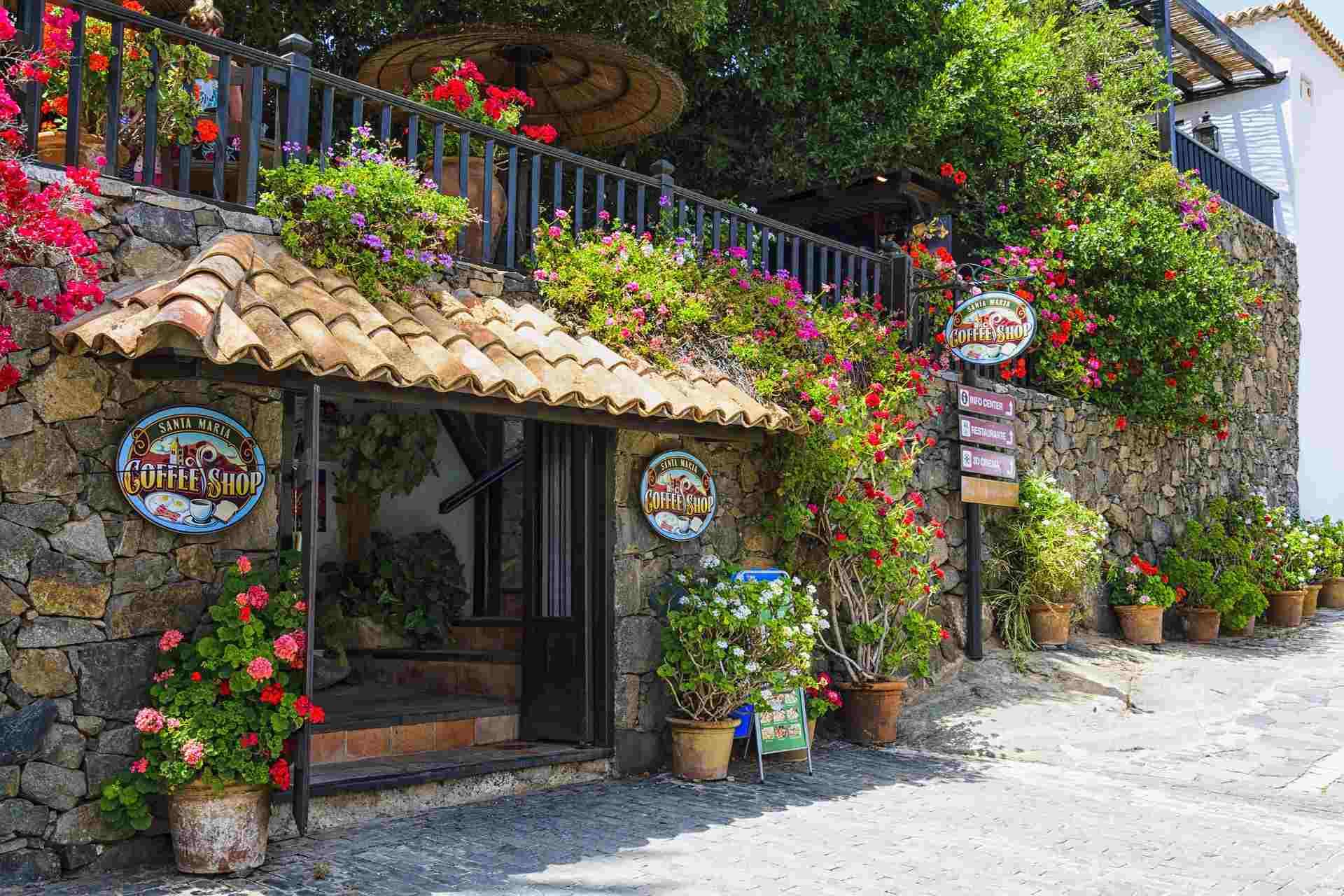 Coffee Shop in Betancuria auf Fuerteventura mit üppigem Grün