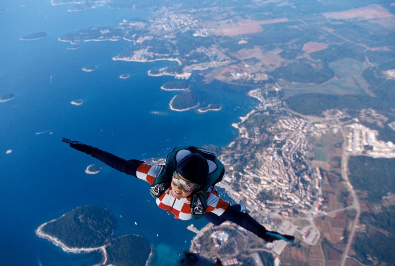 Fallschirmspringer über der Küste von Kroatien