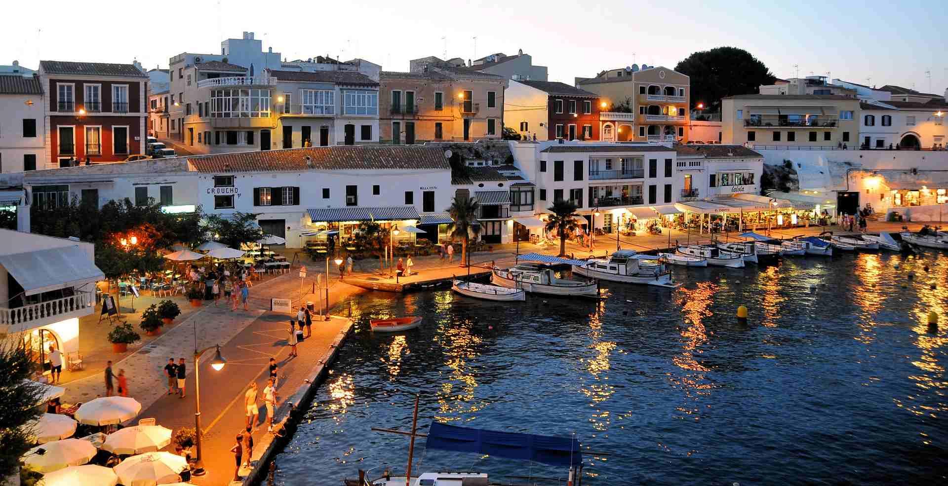 Hafenpromenade von Es Castell auf Menorca