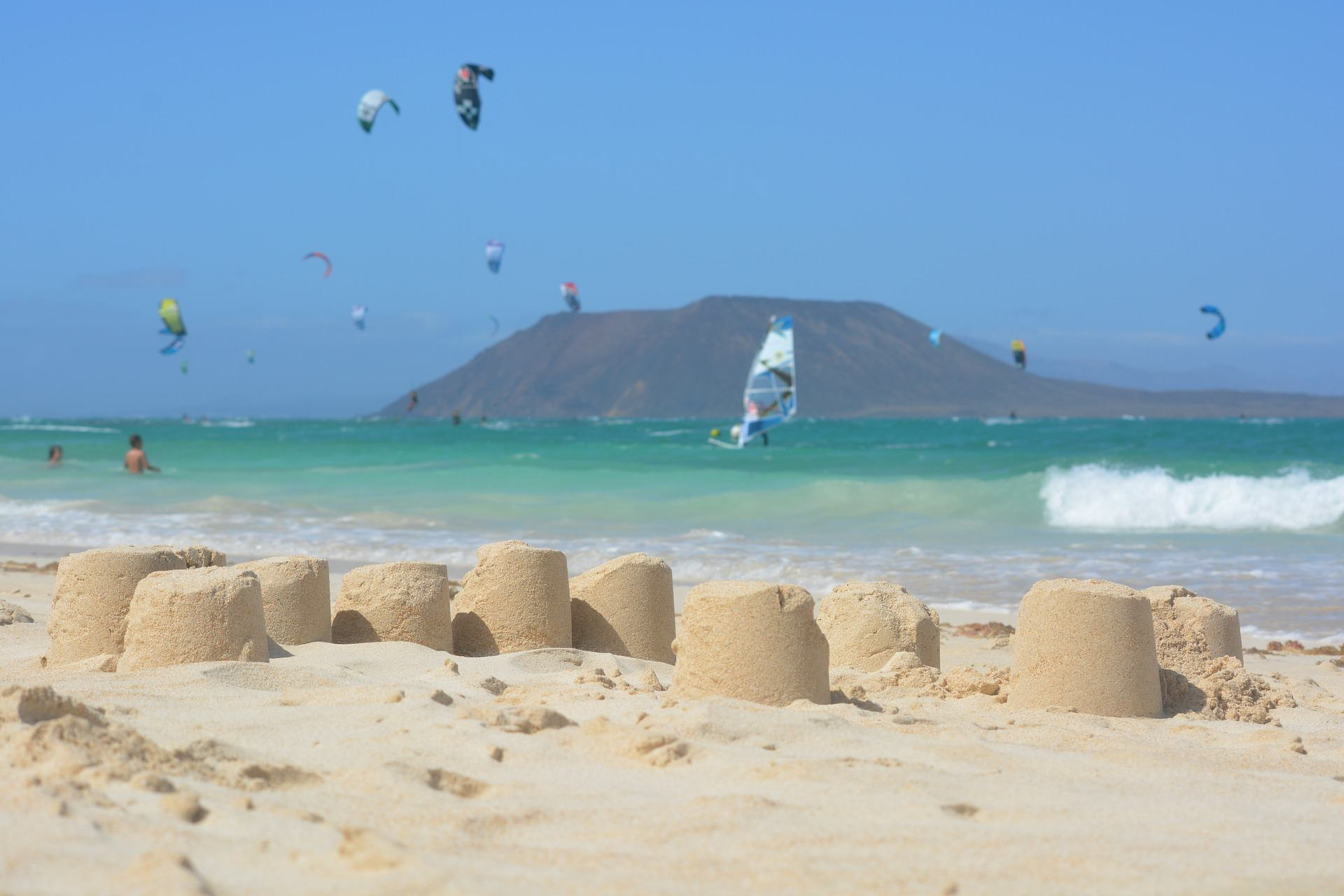 Strand von Corralejo mit Sandburgen und Insel Los Lobos