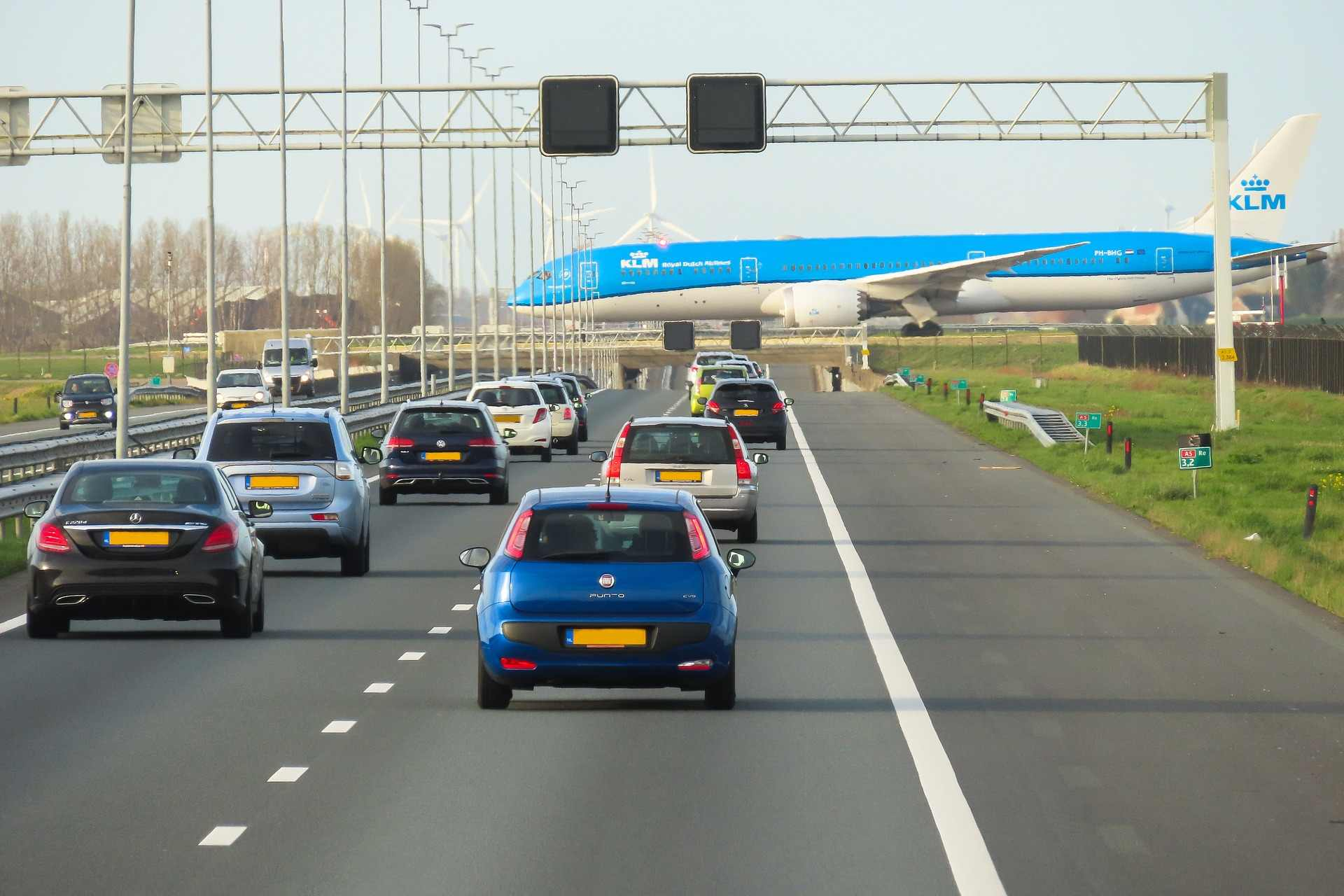 Flughafen Amsterdam Passagierflugzeug kreuzt Straße