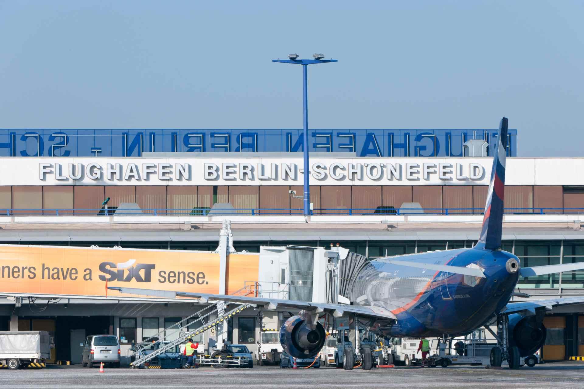 Flughafen Berlin-Schönefeld Flugzeug beim Boarding
