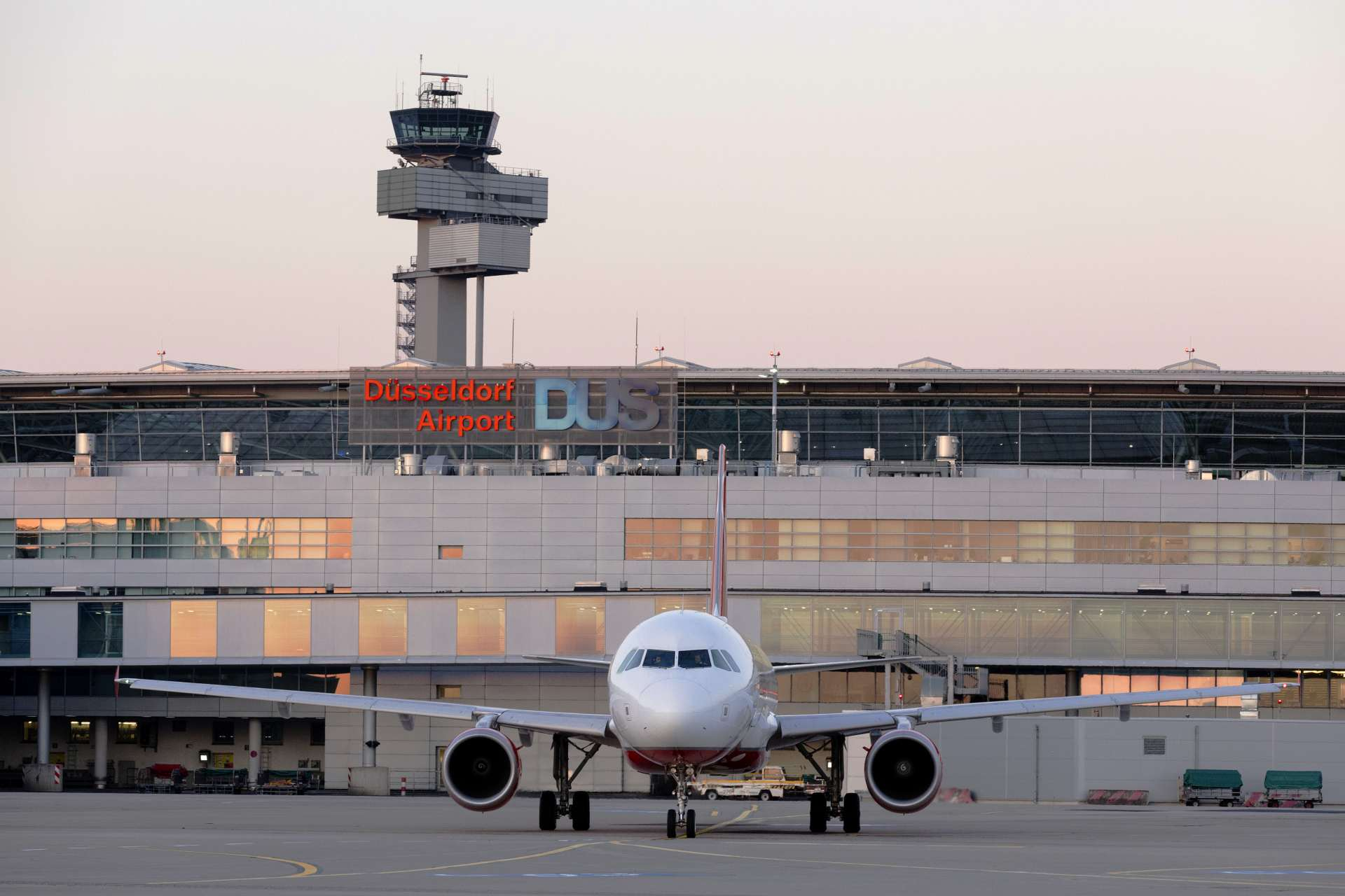 Flughafen Düsseldorf Flugzeug auf dem Vorfeld