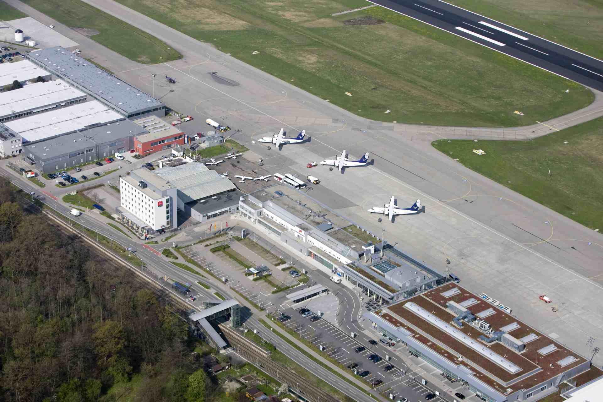 Flughafen Friedrichshafen Terminal und Vorfeld aus der Vogelperspektive