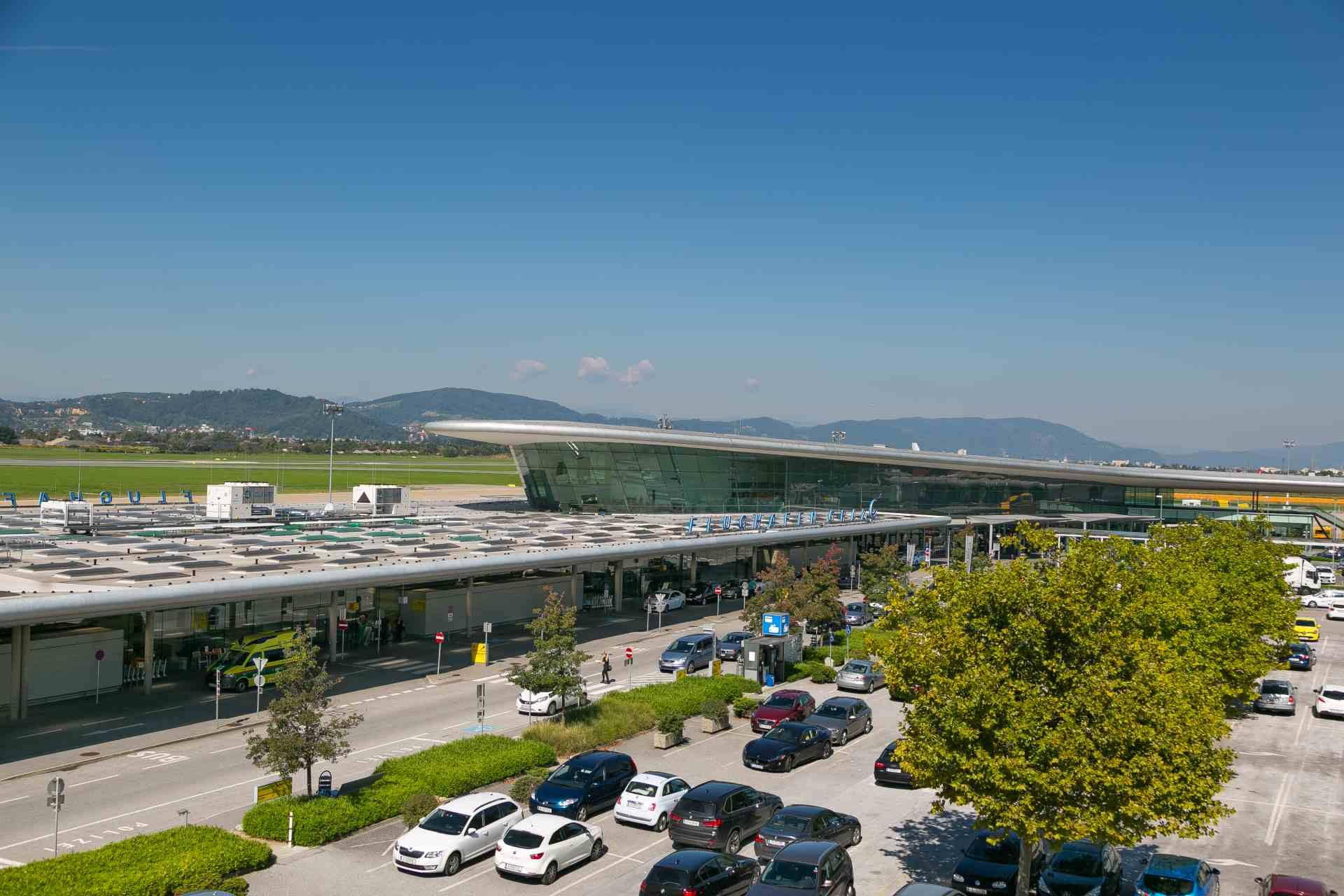 Flughafen Graz Terminal mit Parkplätzen