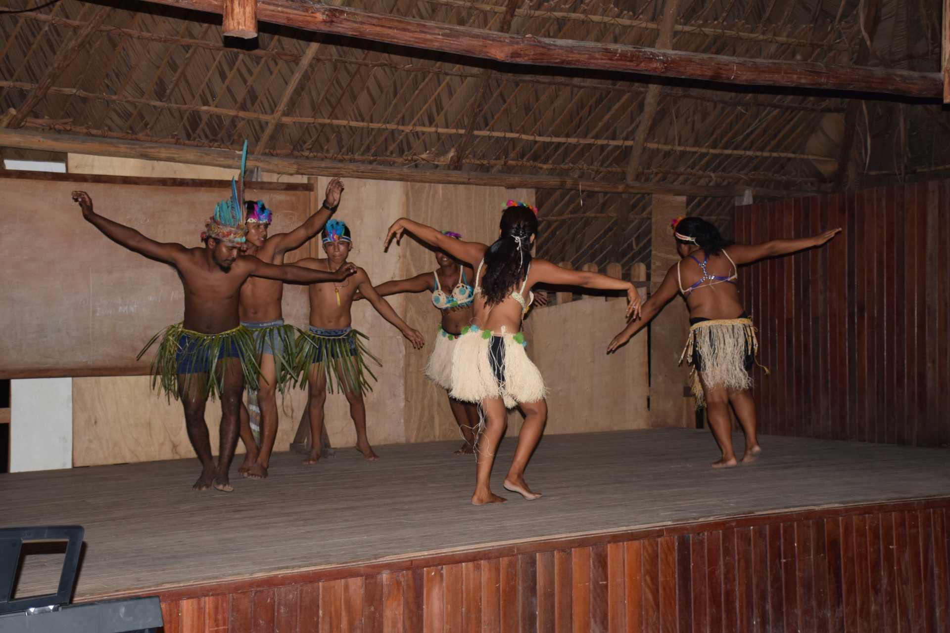 Indigene Bewohner Moraikobai zeigen Tänze