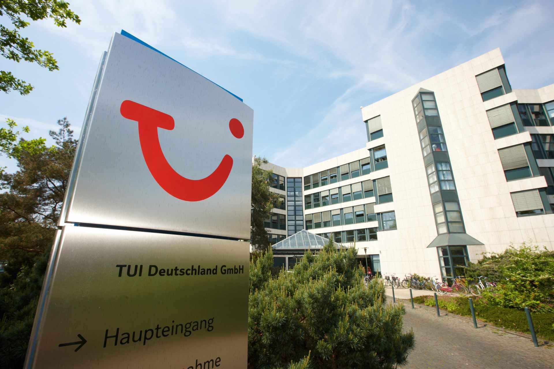 TUI Deutschland Gebäude Eingang mit Logo