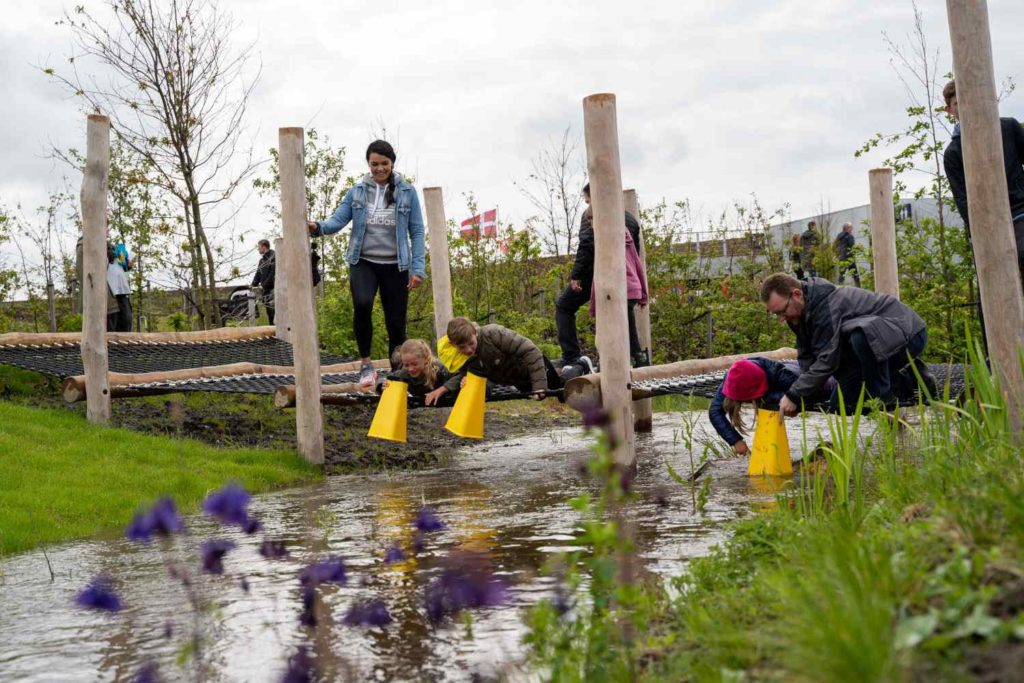 Wasserlauf mit spielenden Kindern im Erlebniszentrum Naturpark