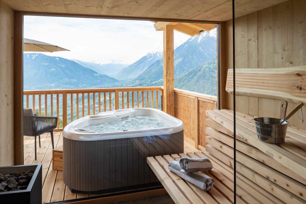 Whirlpool und Sauna mit Bergblick im Mountain Village Hasenegg
