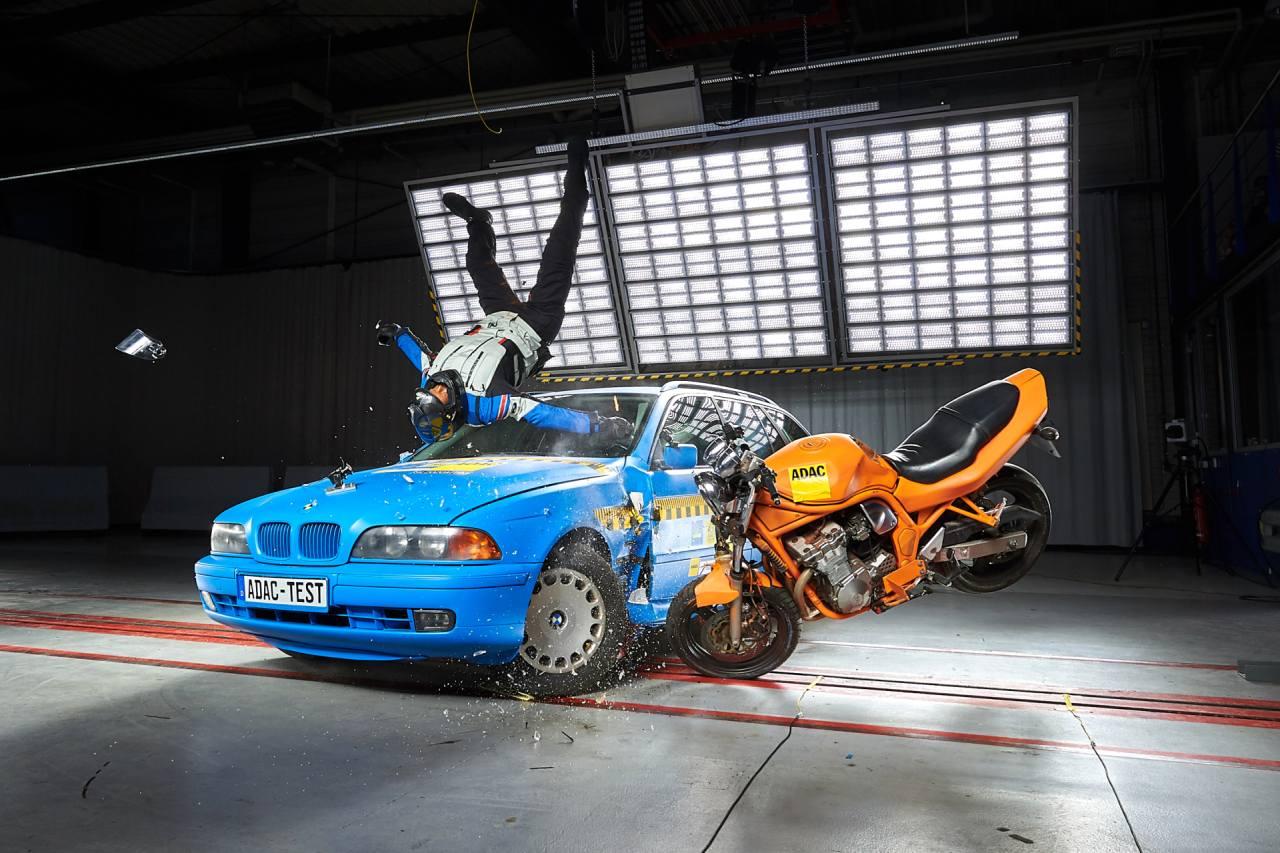 ADAC Crashtest für Motorradfahrer-Airbags