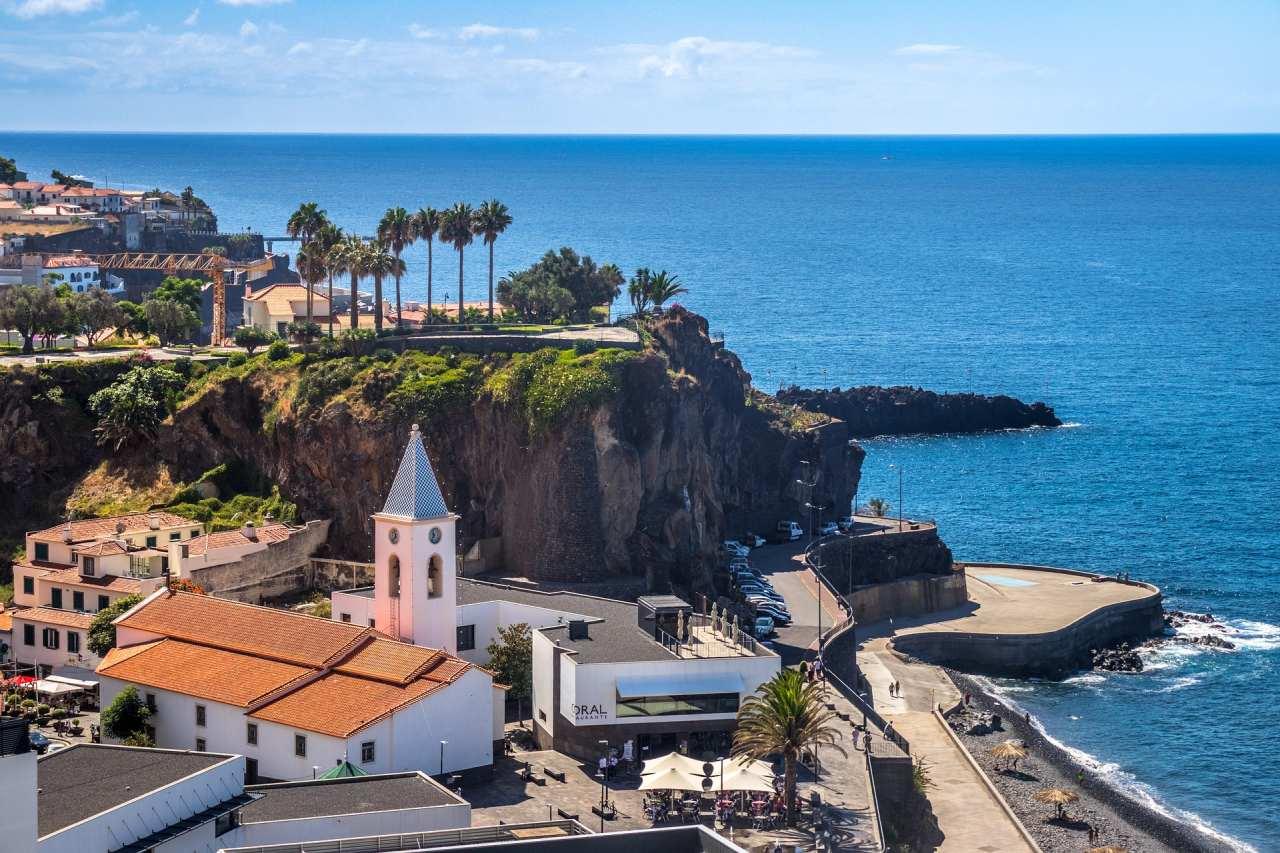 Camara de Lobos mit Strand und Promenade