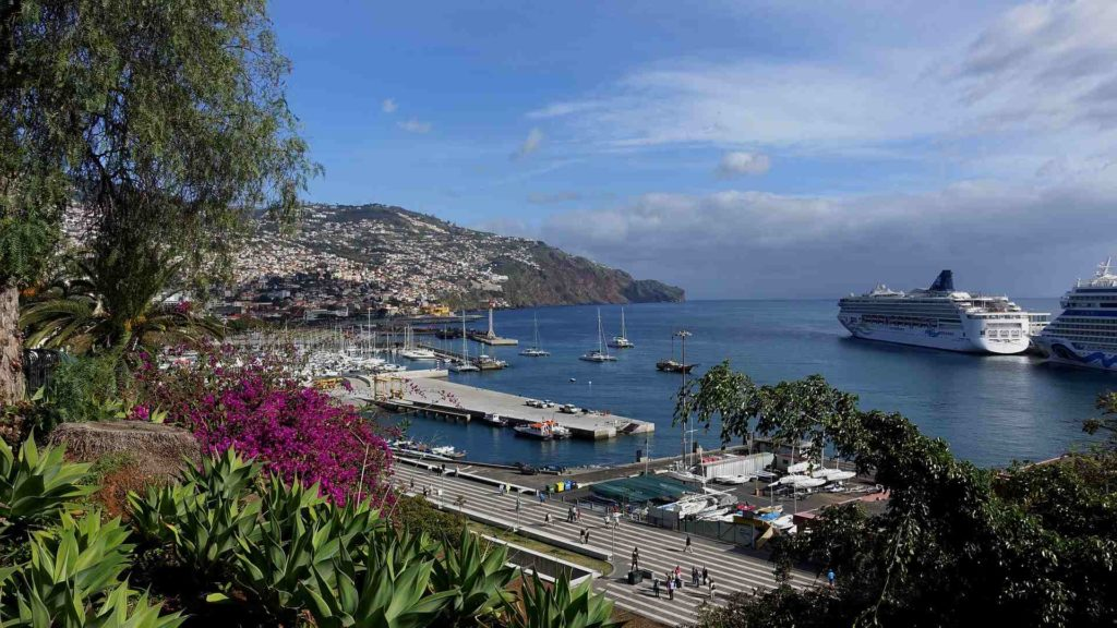 Hafen von Funchal mit Kreuzfahrtschiffen