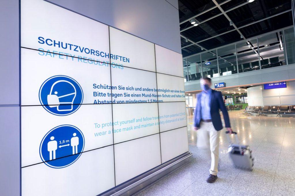 Hinweistafel zu Abstands- und Hygienregeln am Flughafen Düsseldorf