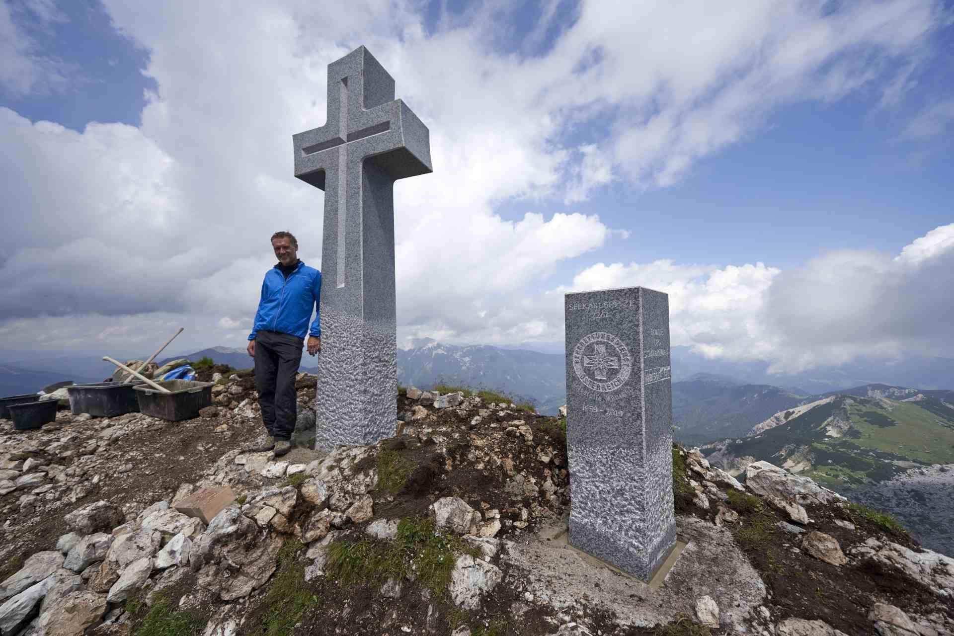Raimund Walser mit steinernen Gipfelkreuz