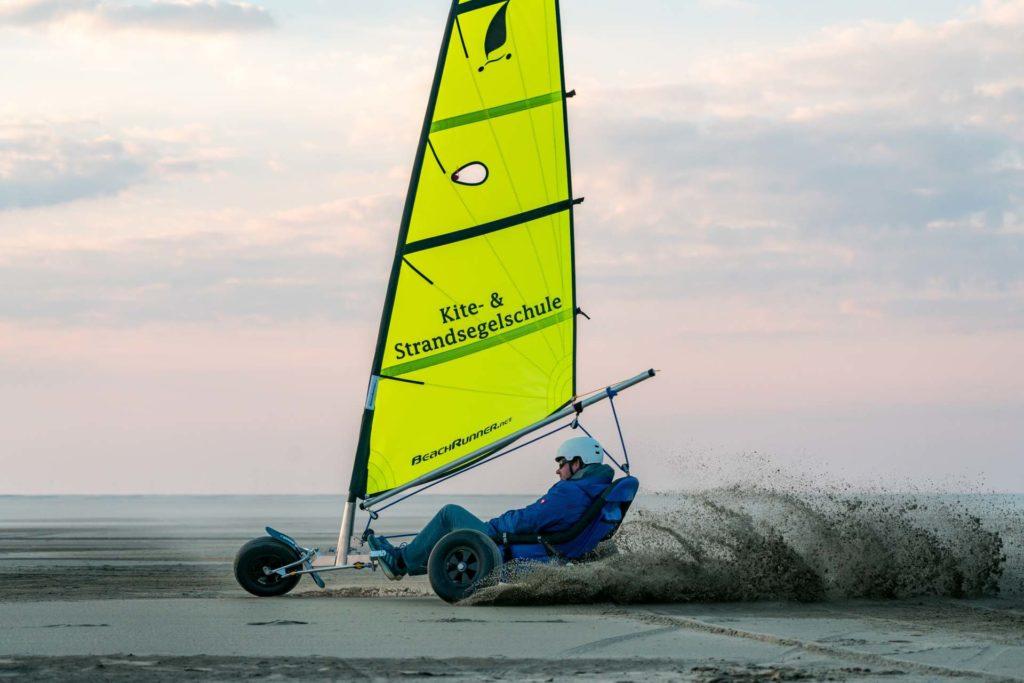 Rasante Kurvenfahrt mit Strandsegler auf Borkum
