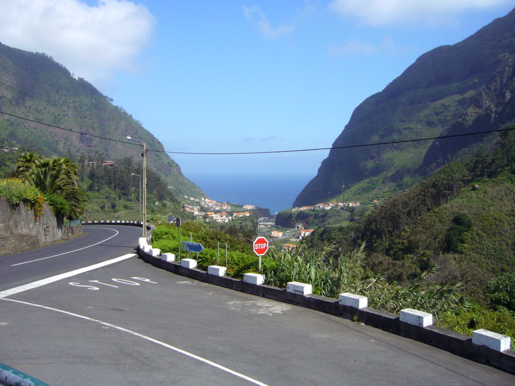 São Vicente auf Madeira eingerahmt von Bergen