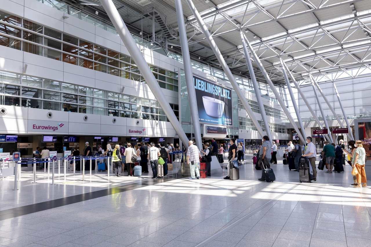 Sicherheitsabstand beim Check In am Flughafen Düsseldorf