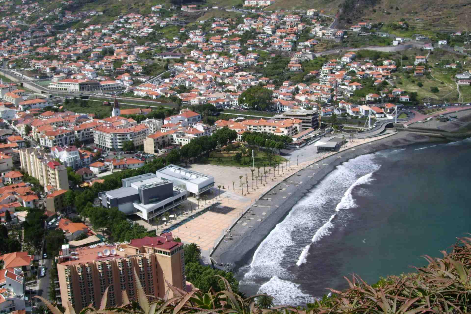 Strand und Promenade von Machico auf Madeira