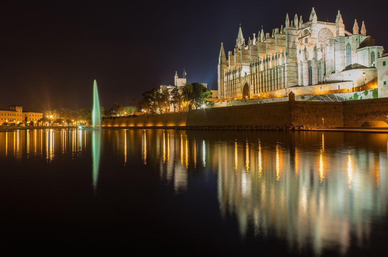 Kathedrale von Palma bei Nacht angeleuchtet
