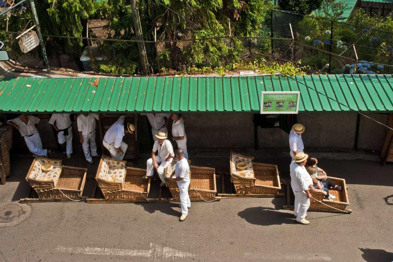 Korbschlittenfahrer auf Madeira warten auf Fahrgäste