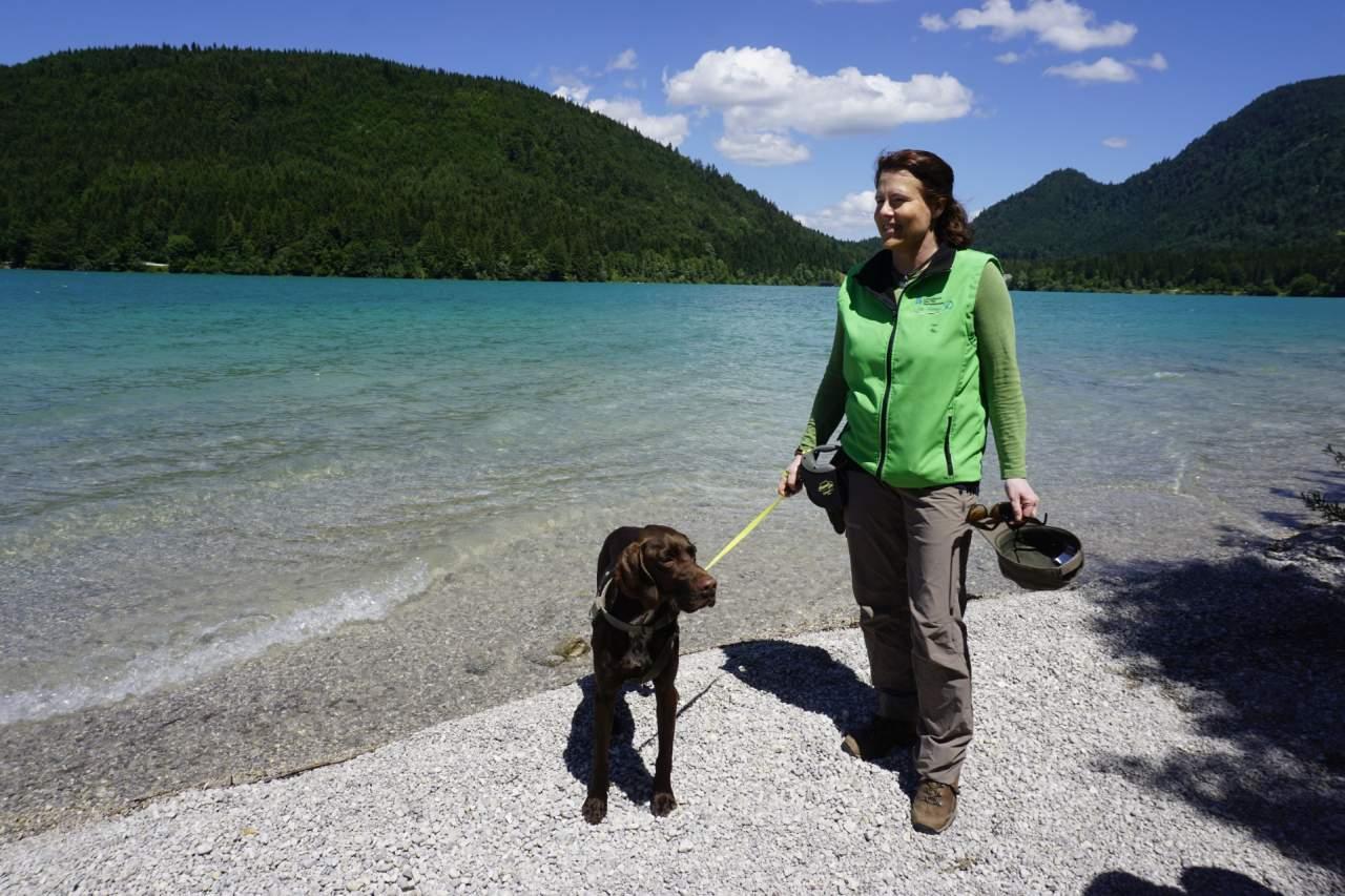 Rangerin Sabine Gerg mit Hund Bertie