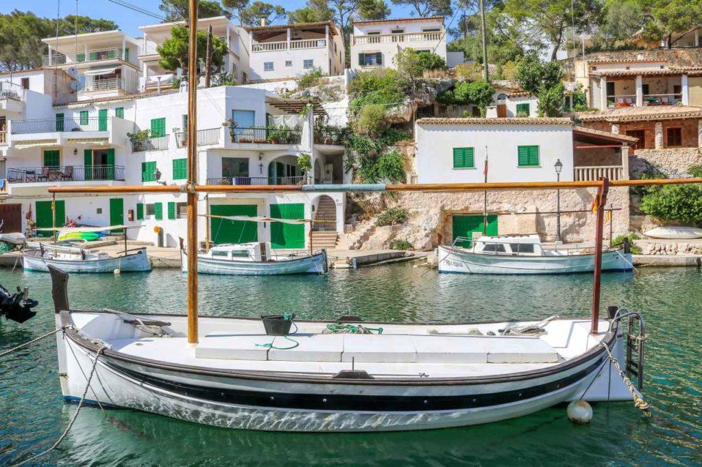Boote in der Bucht von Cala Figuera