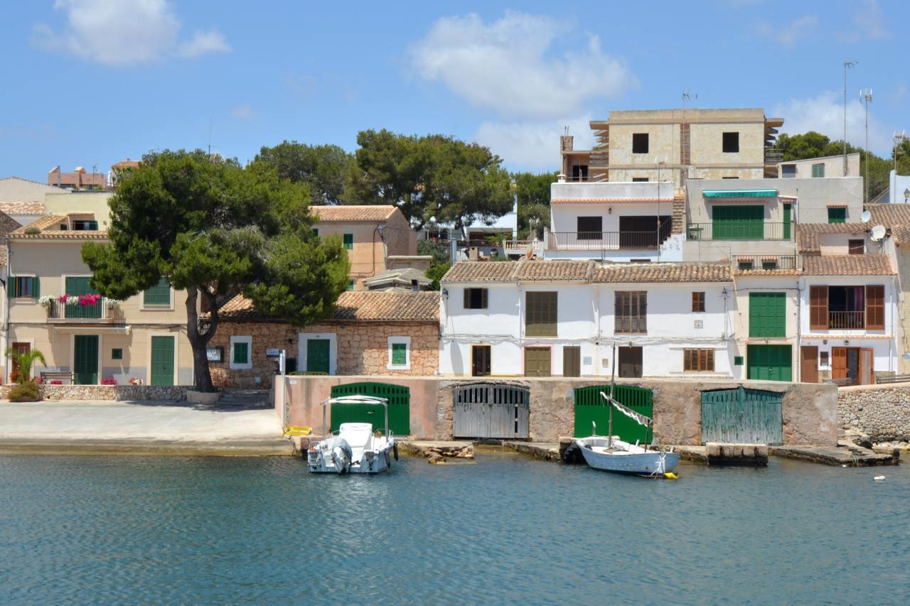 Bootshäuser am Hafen von Porto Petro