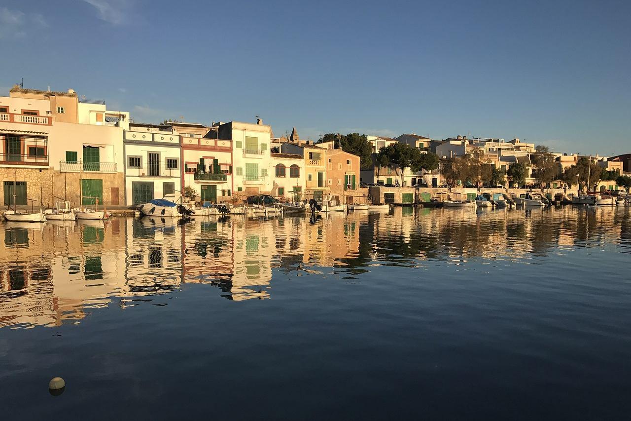 Hafen von Porto Colom mit Fischerbooten