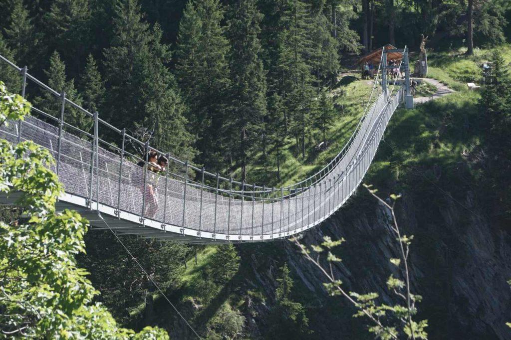 Holzgauer Hängebrücke über der Höhenbachtalschlucht