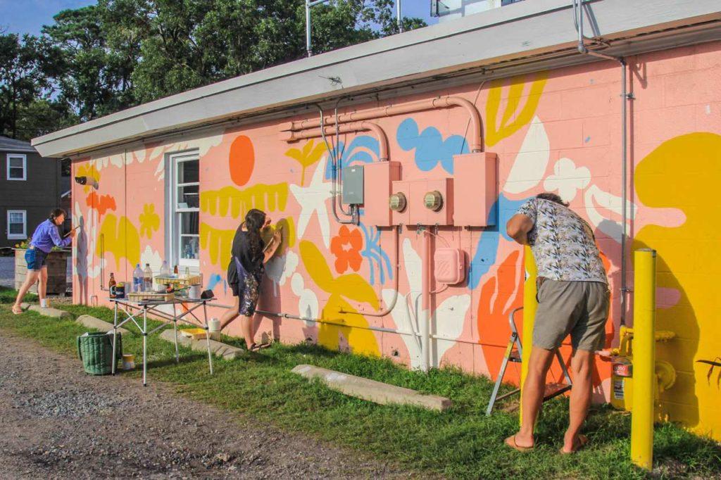 Mural Künstler in Virginia Beach bei der Arbeit