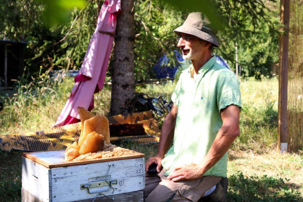 Olivier de Sépibus vor einem seiner Bienenstöcke