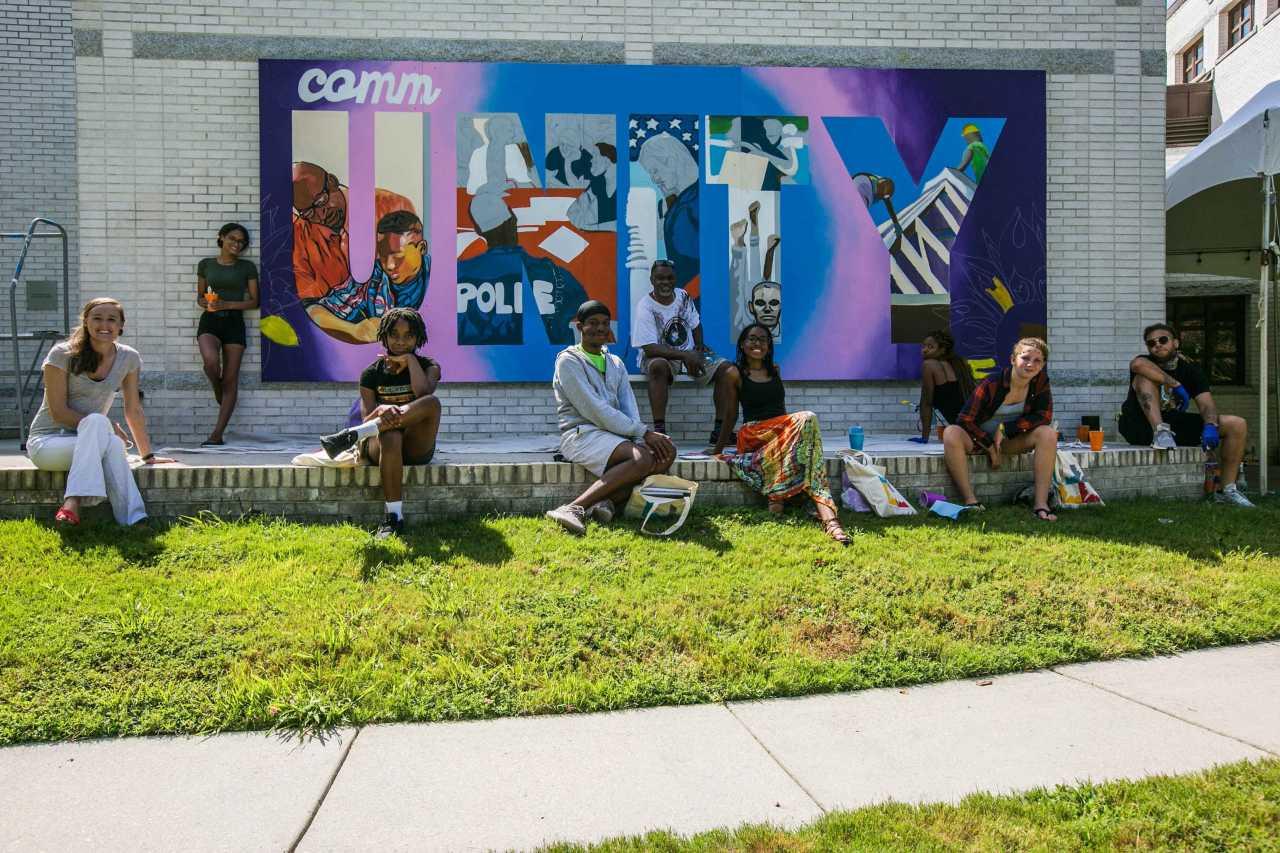 Street Art-Künstler in Virginia Beach vor Wandmalerei