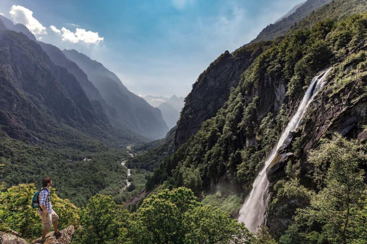 Wasserfall in einer Schlucht im Tessin