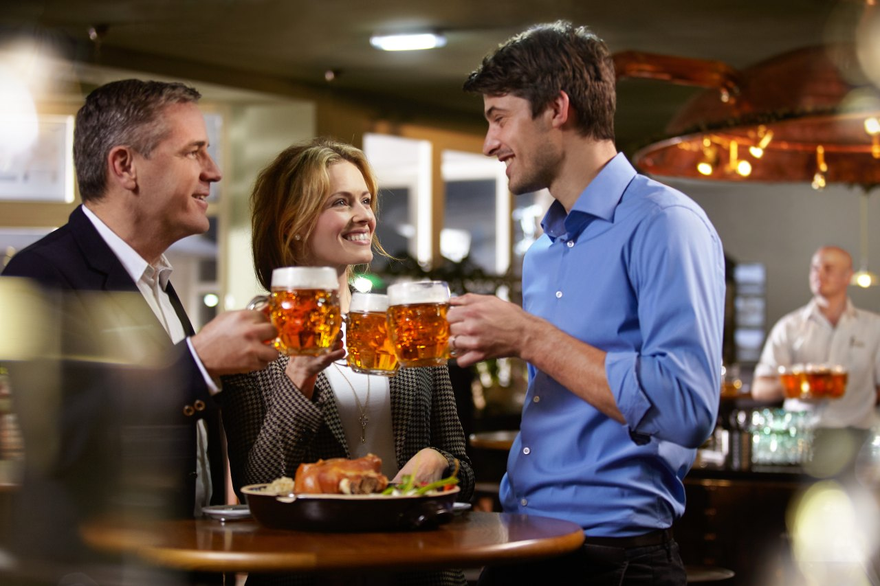 Anstoßen mit tschechischem Bier