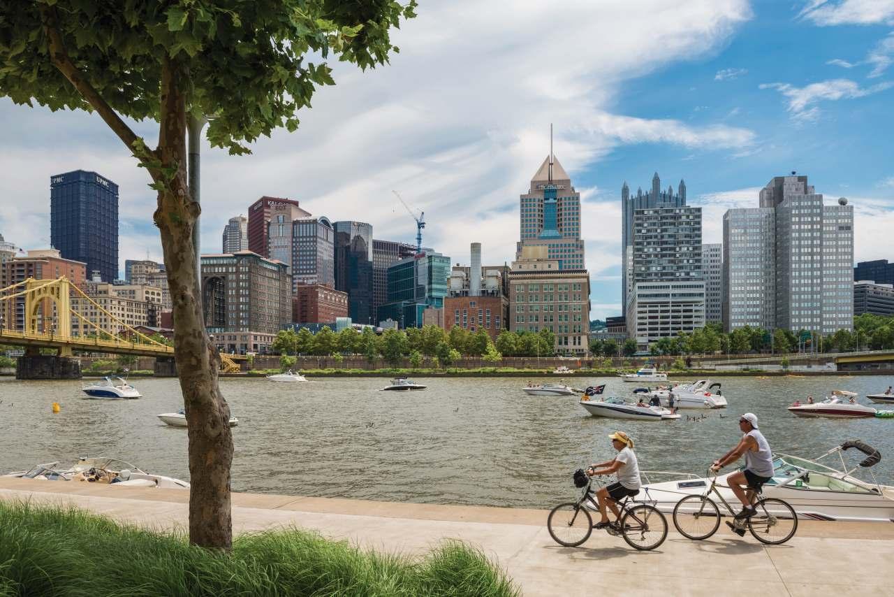 Fahrradfahrer auf dem North Side Trail in Pittsburgh