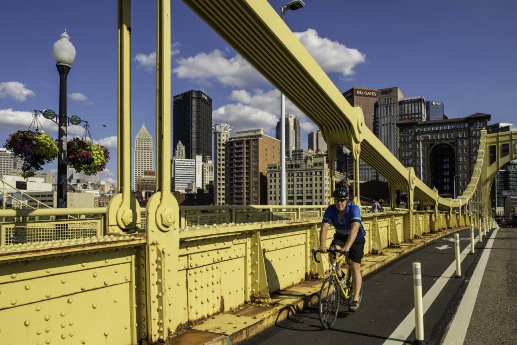Fahrradweg auf Brücke in Pittsburgh