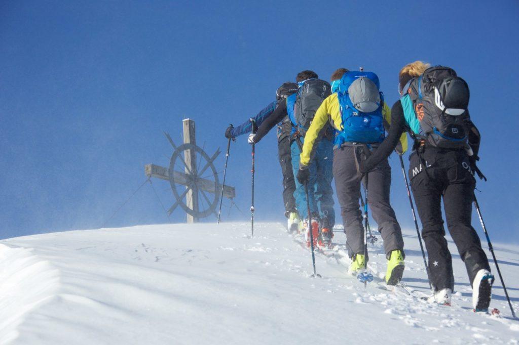 Gruppe von Skitourengehern im Tiroler Lechtal