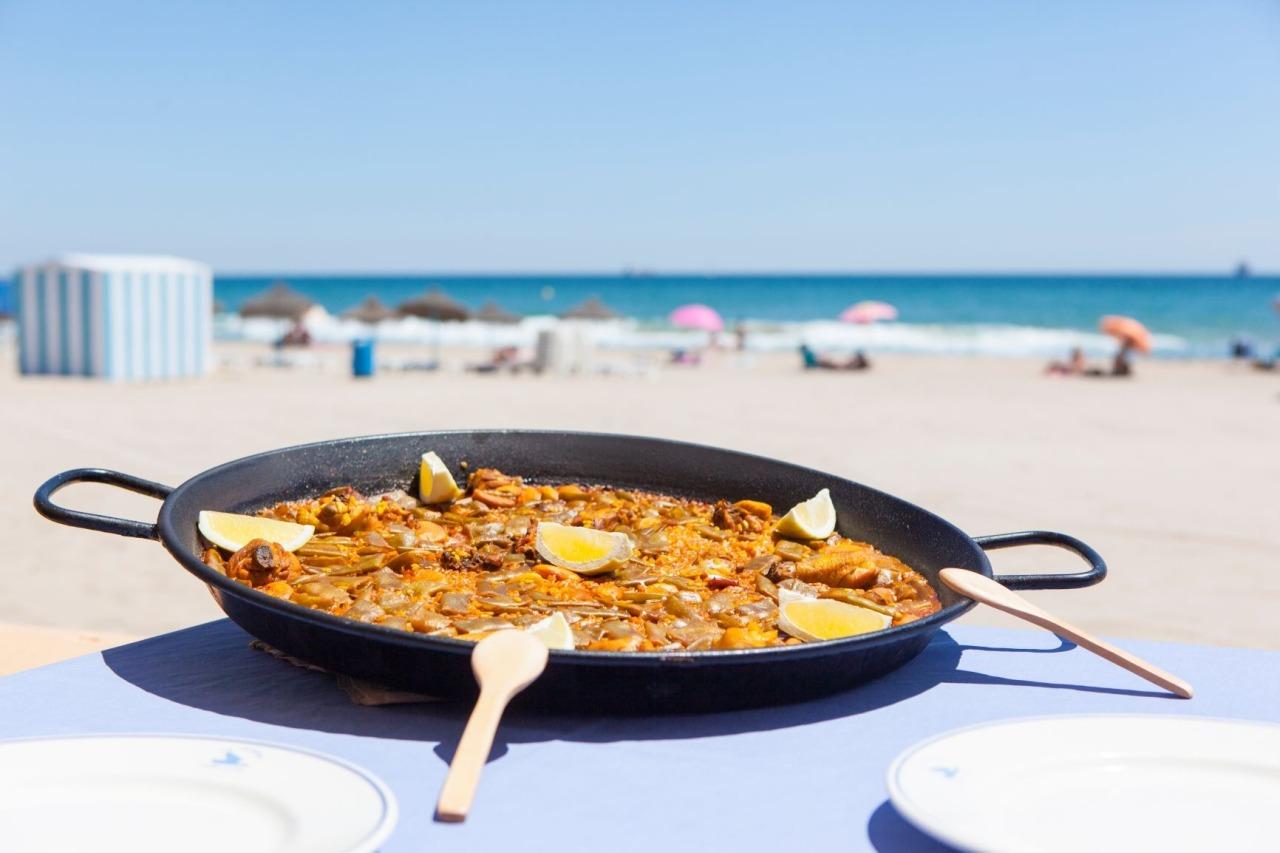 Paellapfanne am Strand von Valencia
