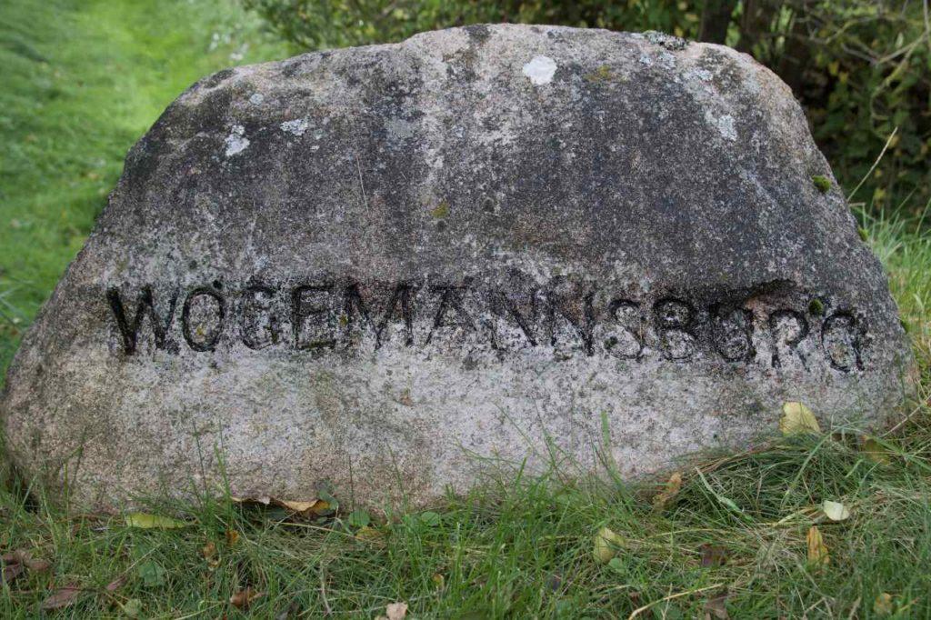 Stein an der Einfahrt zur Wogemannsburg