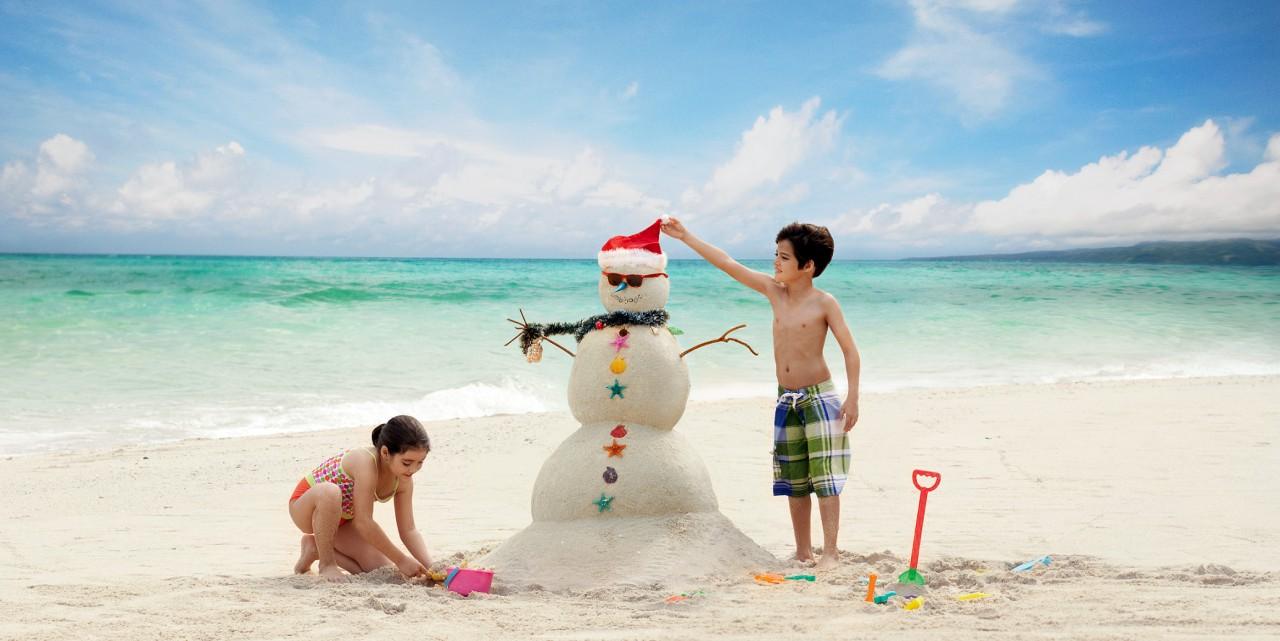 Weihnachtsmann aus Sand auf den Philippinen