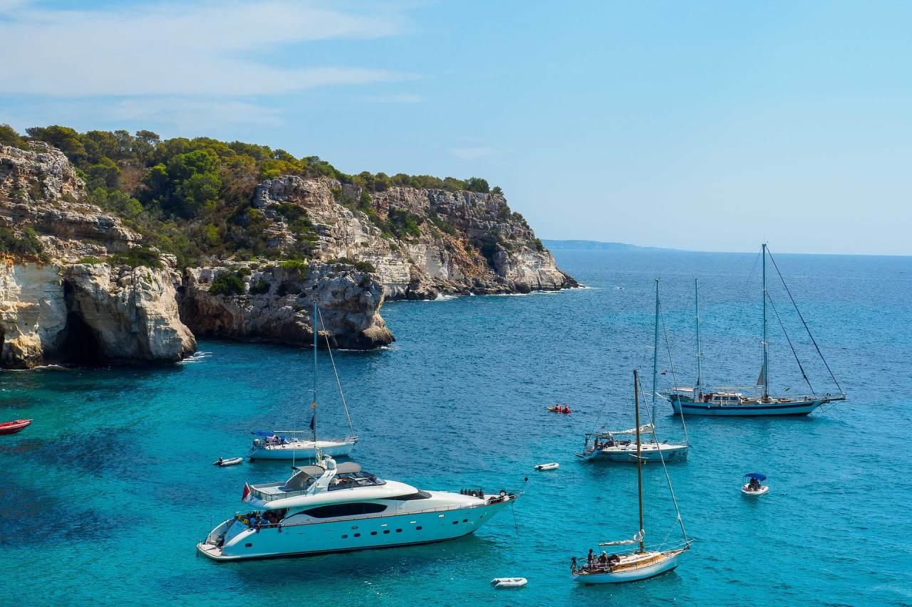 Bucht mit ankernden Yachten Menorca