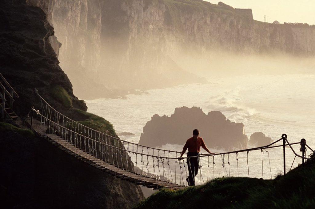Gischt an der Carrick-a-Rede-Hängebrücke
