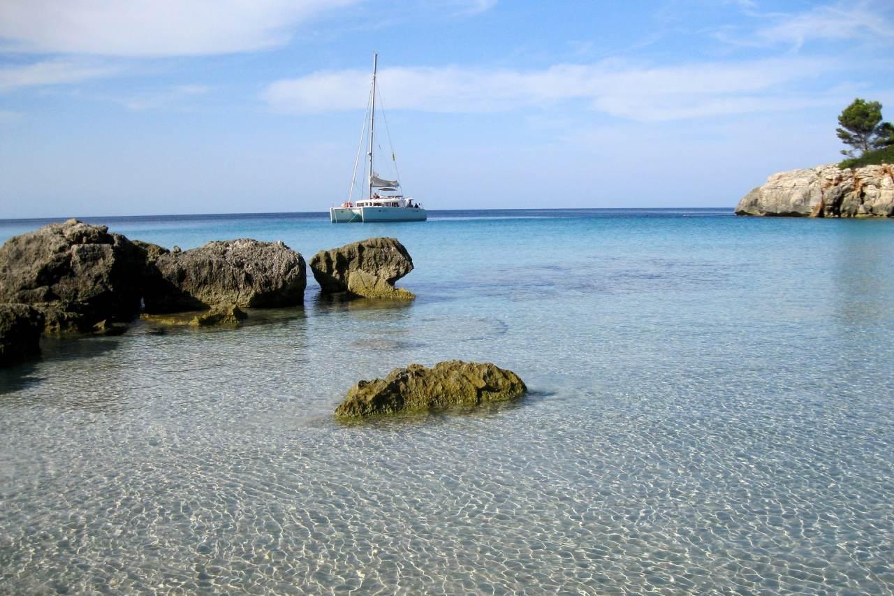 Katamaran in einer Bucht vor Menorca