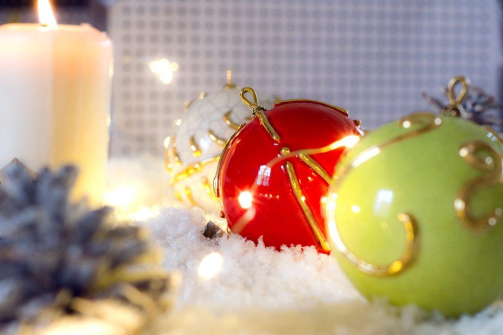 Majolika-Weihnachtsbaumkugeln von der Faïencerie Saint-Jean l'Aigle