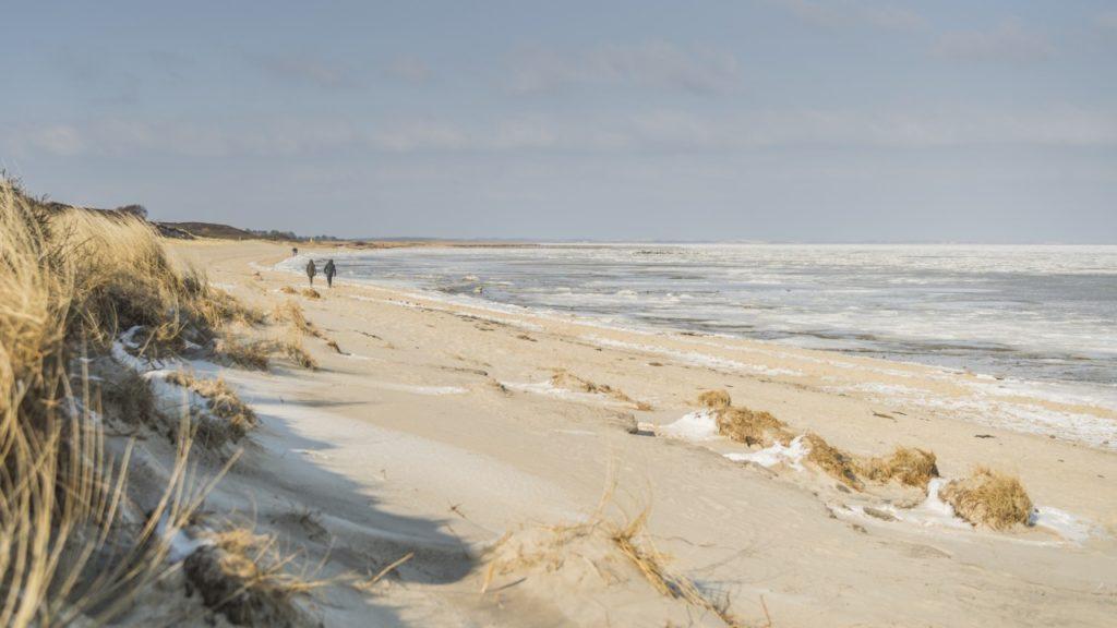 Menschenleerer Strand auf Sylt im Winter