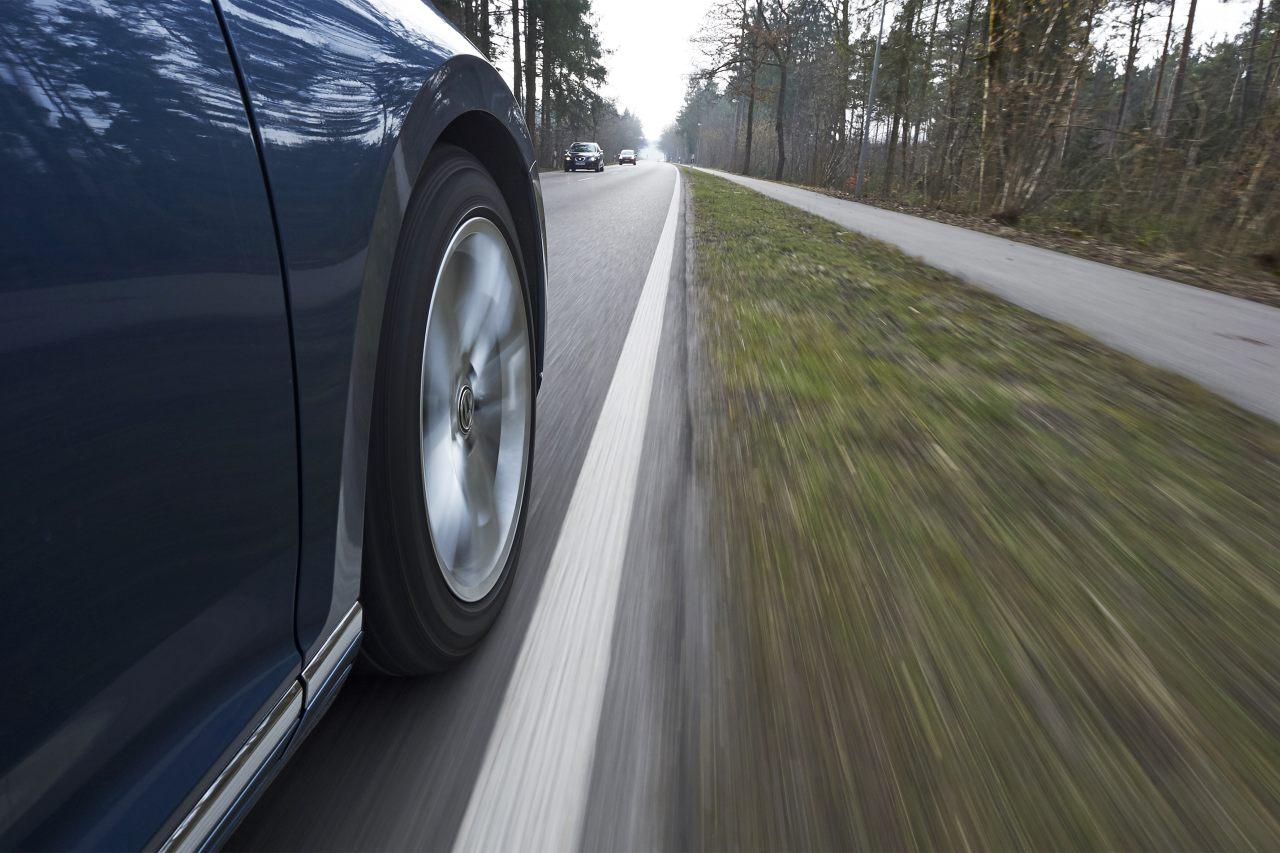 PKW nähert sich Fahrbahnrand - Spurhalteassistent