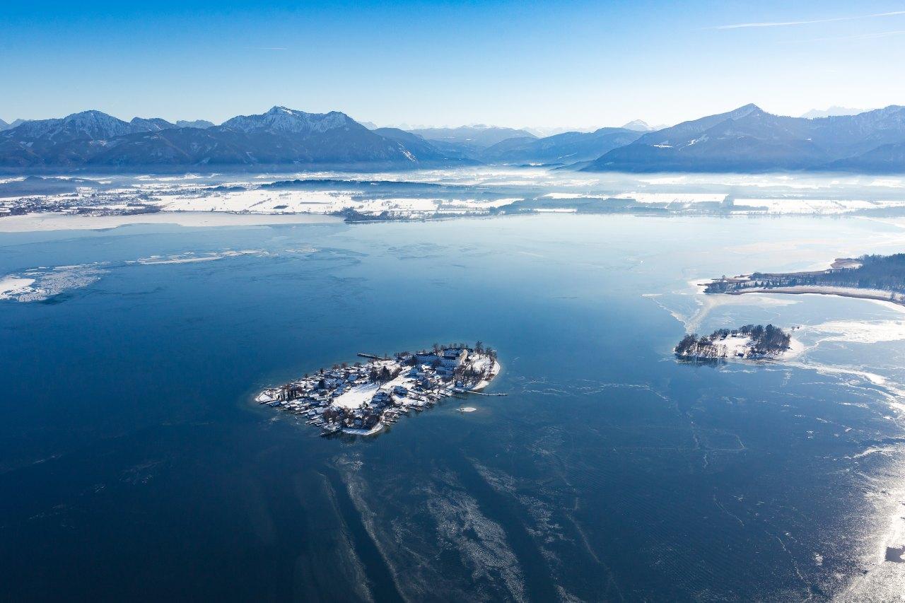 Winterlicher Chiemsee mit Fraueninsel