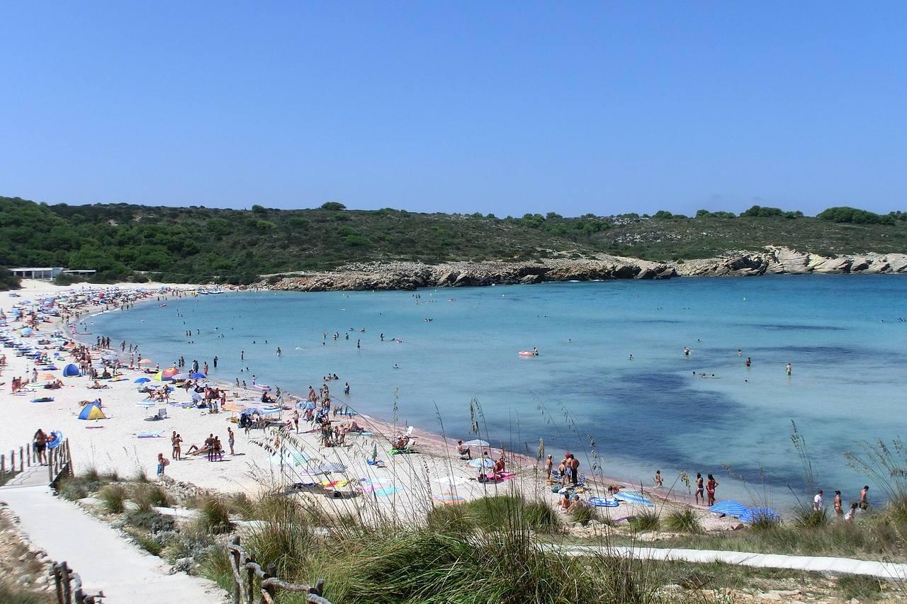 Belebter Sandstrand auf Menorca