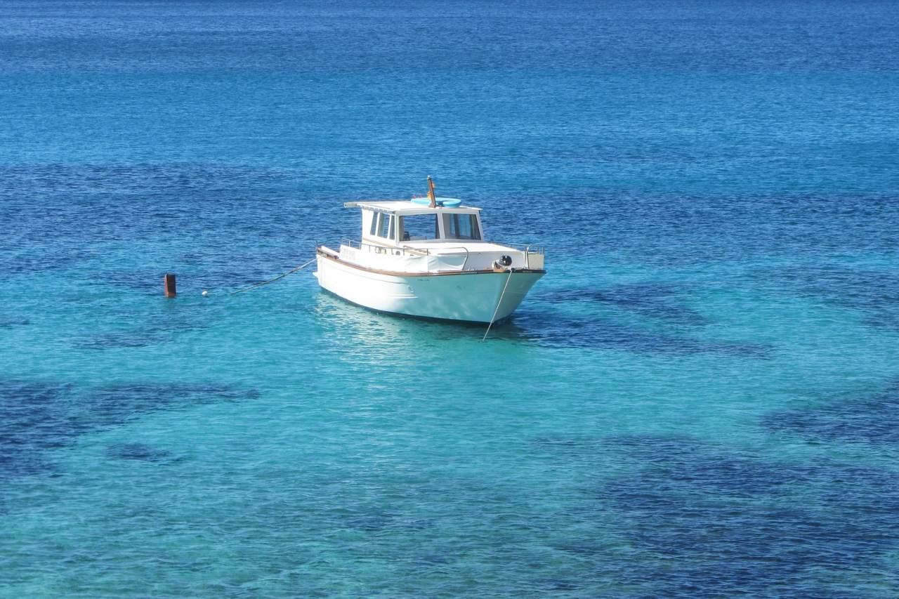 Boot vor Menorcas Küste